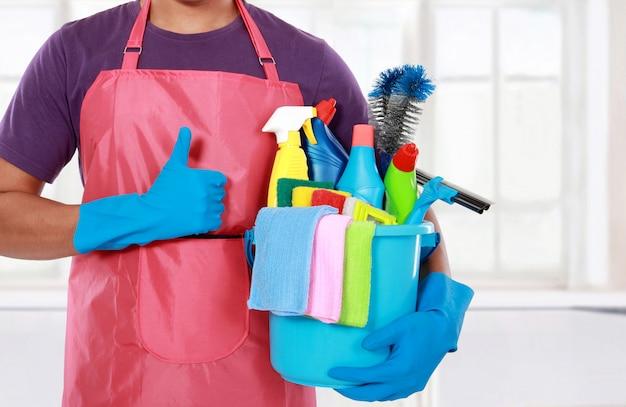 Retrato de hombre con equipo de limpieza pulgares arriba