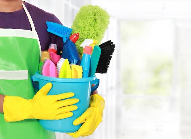 Retrato de hombre con equipo de limpieza