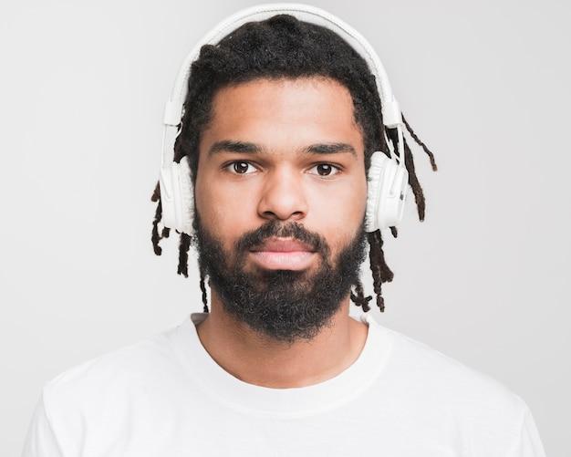 Retrato de un hombre escuchando música