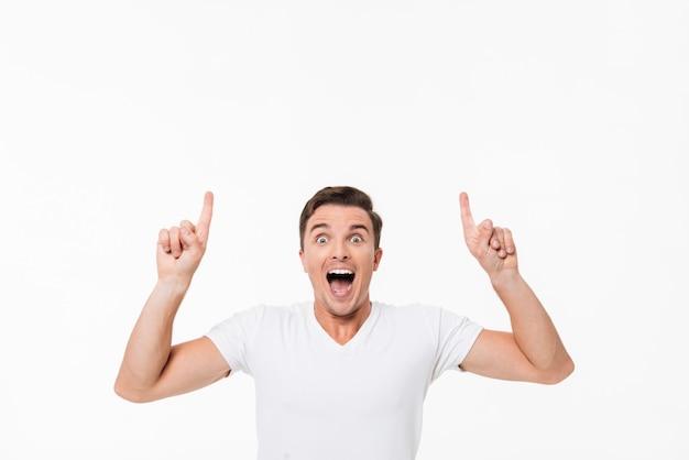 Retrato de un hombre excitado divertido en una camiseta blanca