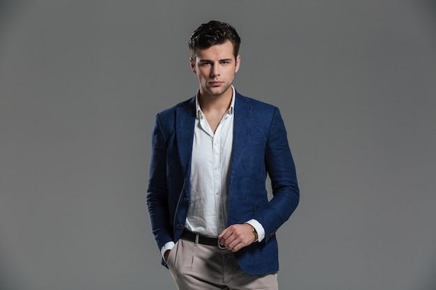Retrato de un hombre exitoso serio vestido con una chaqueta