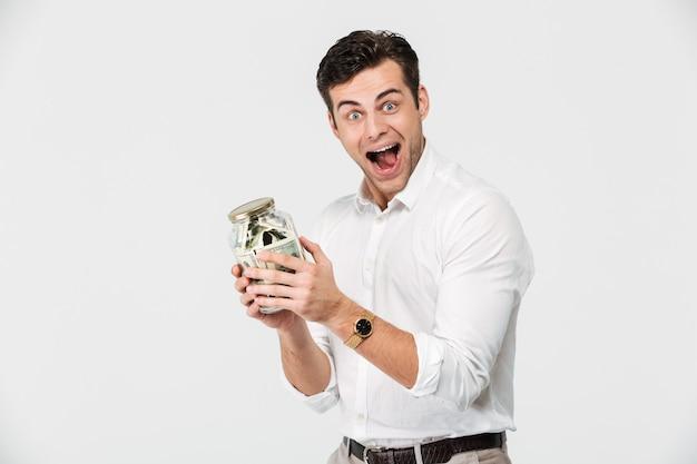 Retrato de un hombre feliz en camisa con frasco de vidrio