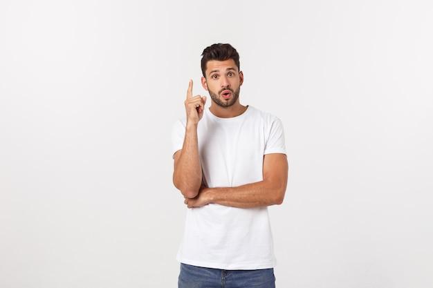 Retrato de un hombre feliz emocionado que señala el dedo lejos en el espacio de la copia.