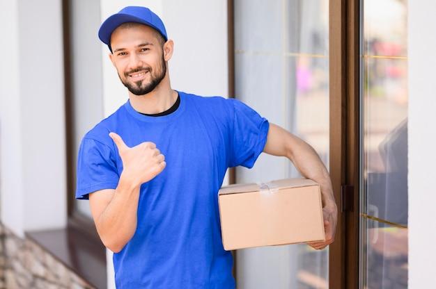 Retrato de hombre feliz entrega caja