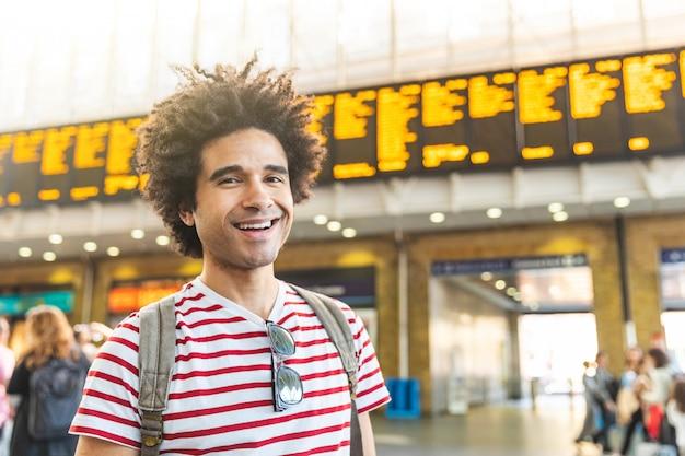 Retrato de hombre feliz en la estación de tren en londres