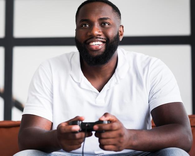 Retrato de hombre feliz jugando videojuegos