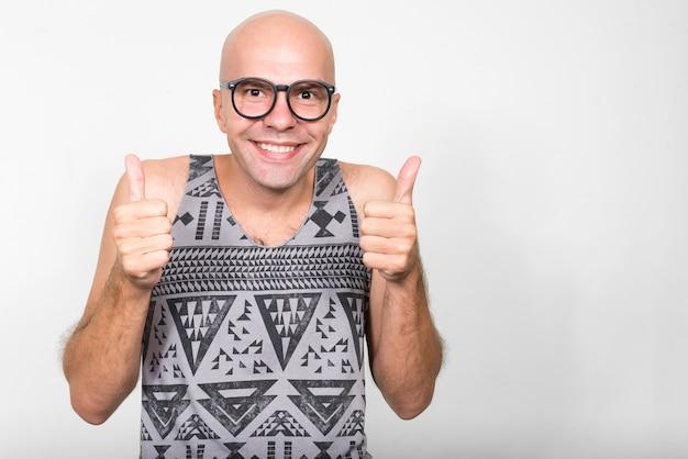 Retrato de hombre feliz nerd calvo dando pulgares