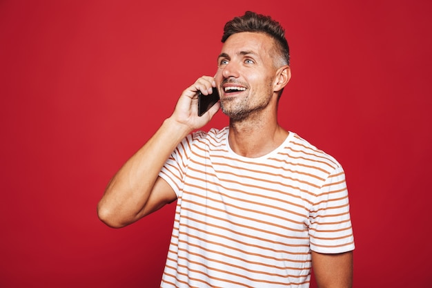 Retrato de un hombre feliz de pie en rojo
