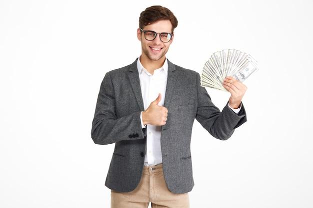 Retrato de hombre feliz satisfecho en anteojos y una chaqueta