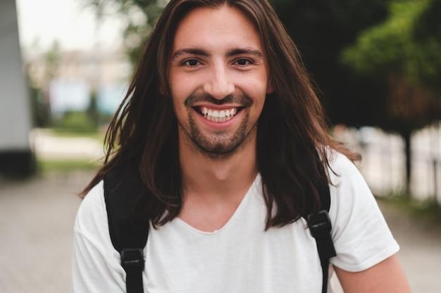 Retrato hombre feliz sonriendo