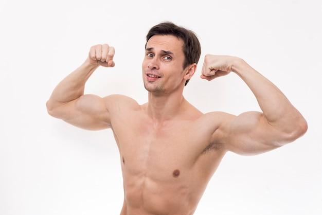 Retrato de hombre flexionando los brazos
