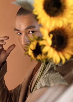 Retrato, hombre, con, flores