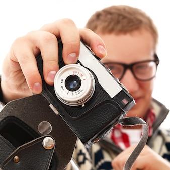 Retrato de un hombre fotógrafo con cámara retro