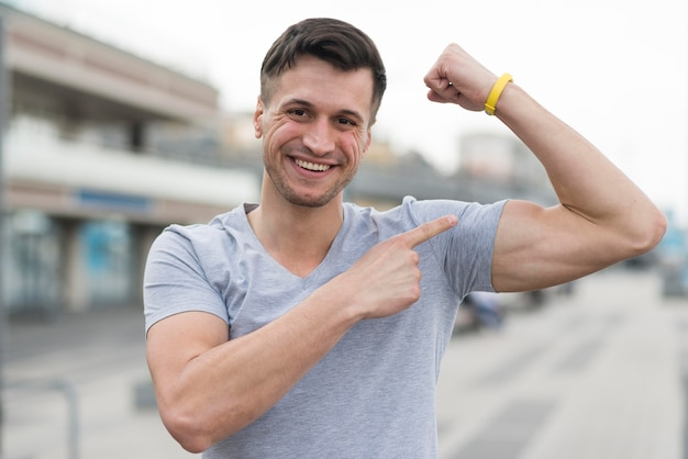Retrato de hombre fuerte mostrando sus músculos