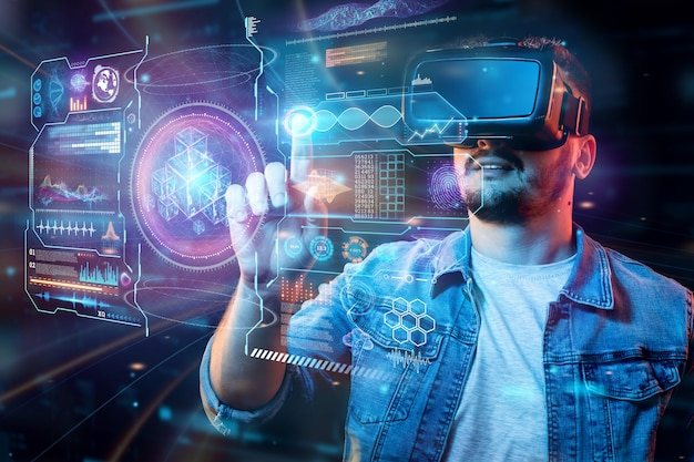 Retrato de un hombre con gafas de realidad virtual, vr, interactúa con una pantalla virtual.