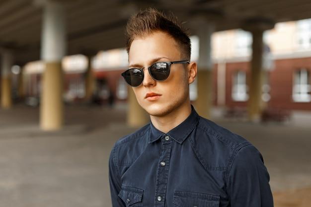 Retrato de un hombre con gafas de sol en la calle