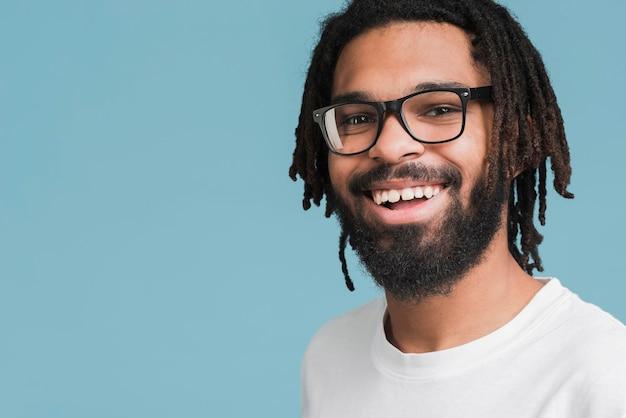 Retrato de un hombre con gafas