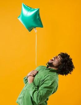 Retrato de hombre con globo de fiesta