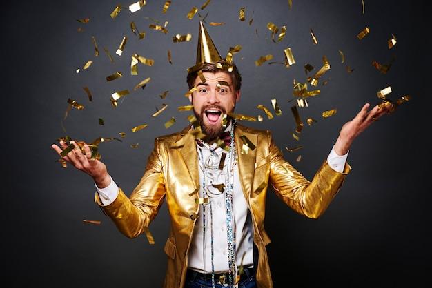 Retrato de hombre gritando lanzando confeti
