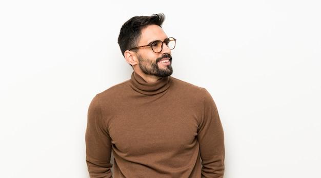 Retrato de hombre guapo con barba