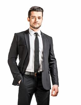 Retrato de hombre guapo confiado en traje negro con corbatín