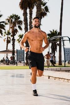 Retrato de hombre guapo corriendo rutina