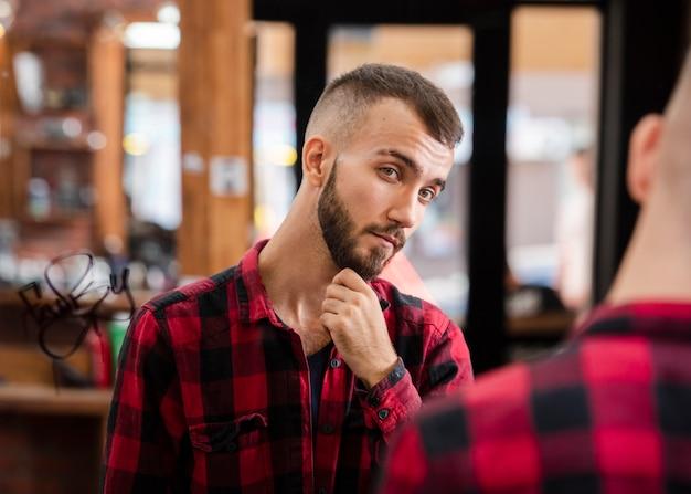 Retrato de hombre guapo después del corte de pelo