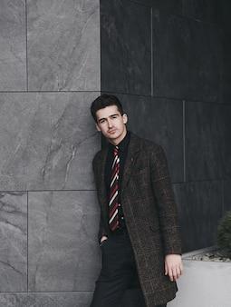 Retrato de hombre guapo con estilo en traje elegante en la ciudad