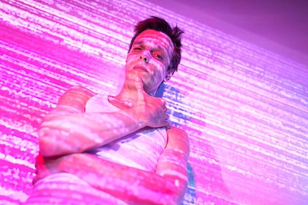 Retrato de hombre guapo en estilo vaporwave