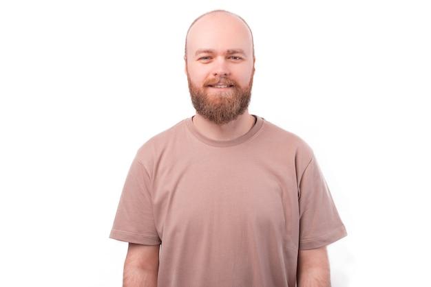 Retrato de hombre guapo hipster barbudo en blanco