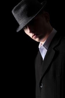 Retrato de hombre guapo en la iluminación de bajo clave