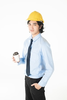 Retrato de hombre guapo ingeniero caucásico confía en fondo blanco