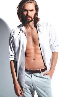 Retrato de hombre guapo modelo hipster moda elegante en camisa clásica con cofre desnudo en blanco