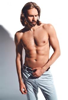 Retrato de hombre guapo modelo hipster moda elegante con cofre desnudo sobre blanco