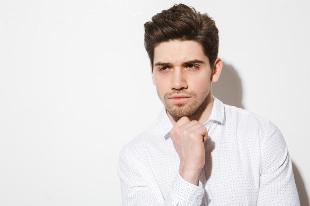 Retrato de un hombre guapo pensativo vestido con camisa