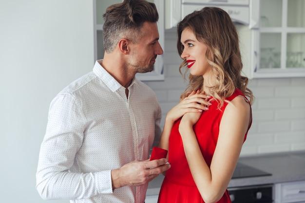 Retrato de un hombre guapo proponiendo a su novia encantadora