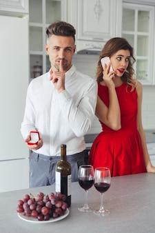 Retrato de un hombre guapo proponiendo a su novia