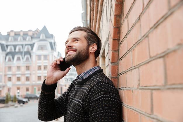 Retrato de un hombre guapo sonriente en suéter