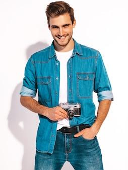 Retrato de hombre guapo sonriente vistiendo ropa de verano jeans. foto de toma modelo masculino en la vieja cámara de fotos vintage. Foto gratis