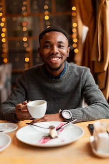 Retrato hombre guapo tomando café