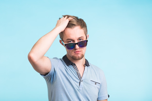 Retrato de un hombre guapo vestido con camiseta de polo en azul