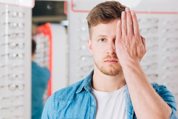 Retrato de hombre haciendo prueba de visión
