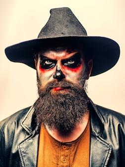 Retrato de hombre de halloween de cerca cara de miedo hombre con horror maquillaje hipster miedo con barba en hallo ...