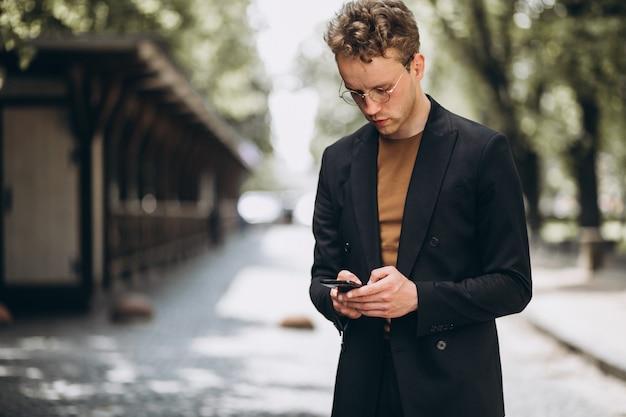 Retrato de un hombre hansome hablando por teléfono