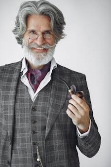 Retrato de hombre inglés pelirrojo barbudo.
