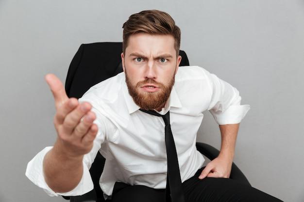 Retrato de un hombre insatisfecho en camisa blanca de cerca