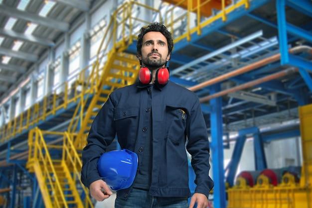 Retrato de un hombre en una instalación industrial