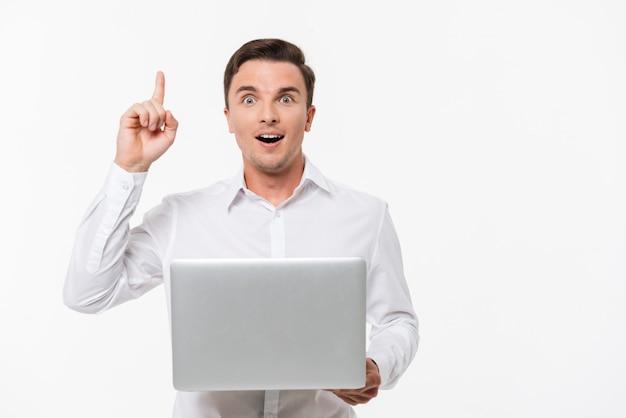 Retrato de un hombre inteligente emocionado en camisa blanca