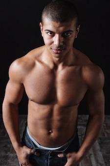 Retrato de hombre joven afroamericano musculoso seguro