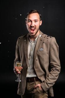 Retrato de hombre joven celebrando año nuevo
